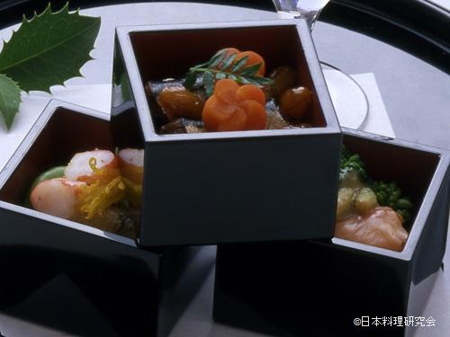 赤貝・蛤・花菜、鯛の子含め煮、子持若布、一寸豆青煮、色どり車海老、鰯と大豆の煮込み、梅形京人参