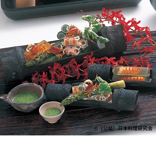 若布針魚、琥珀抱かせ海老、時知らず蓮根包み、鱧子煮凝、沢蟹艶煮、蔓紫陽花、筍芋餅、竜髭菜