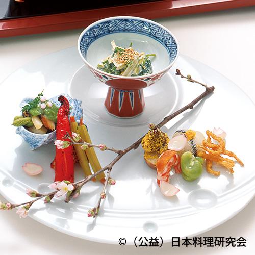 針魚手毬寿司、飯蛸桜煮、干子蕗鋳込み、白魚雲丹揚、楤の芽・栄螺木の芽和え