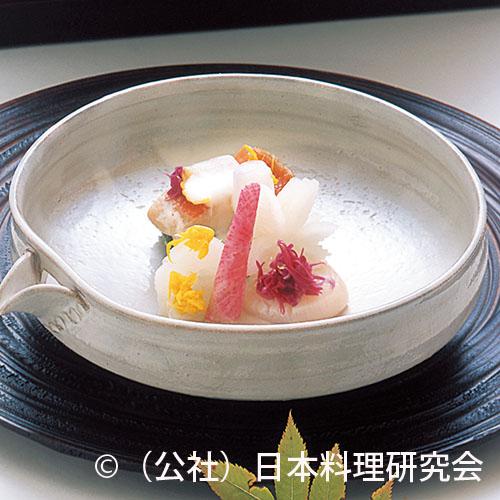 金目鯛昆布〆、大根柚子香漬、帆立菊花春菊