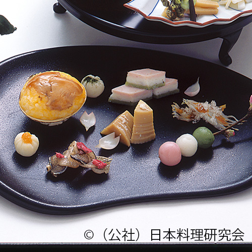 筍木の芽焼、菱形蒲鉾、蛤菜の花鮨、筍白酒煮、白魚雪洞化粧焼、百合根橘茶巾、細魚桜花干し、三色団子