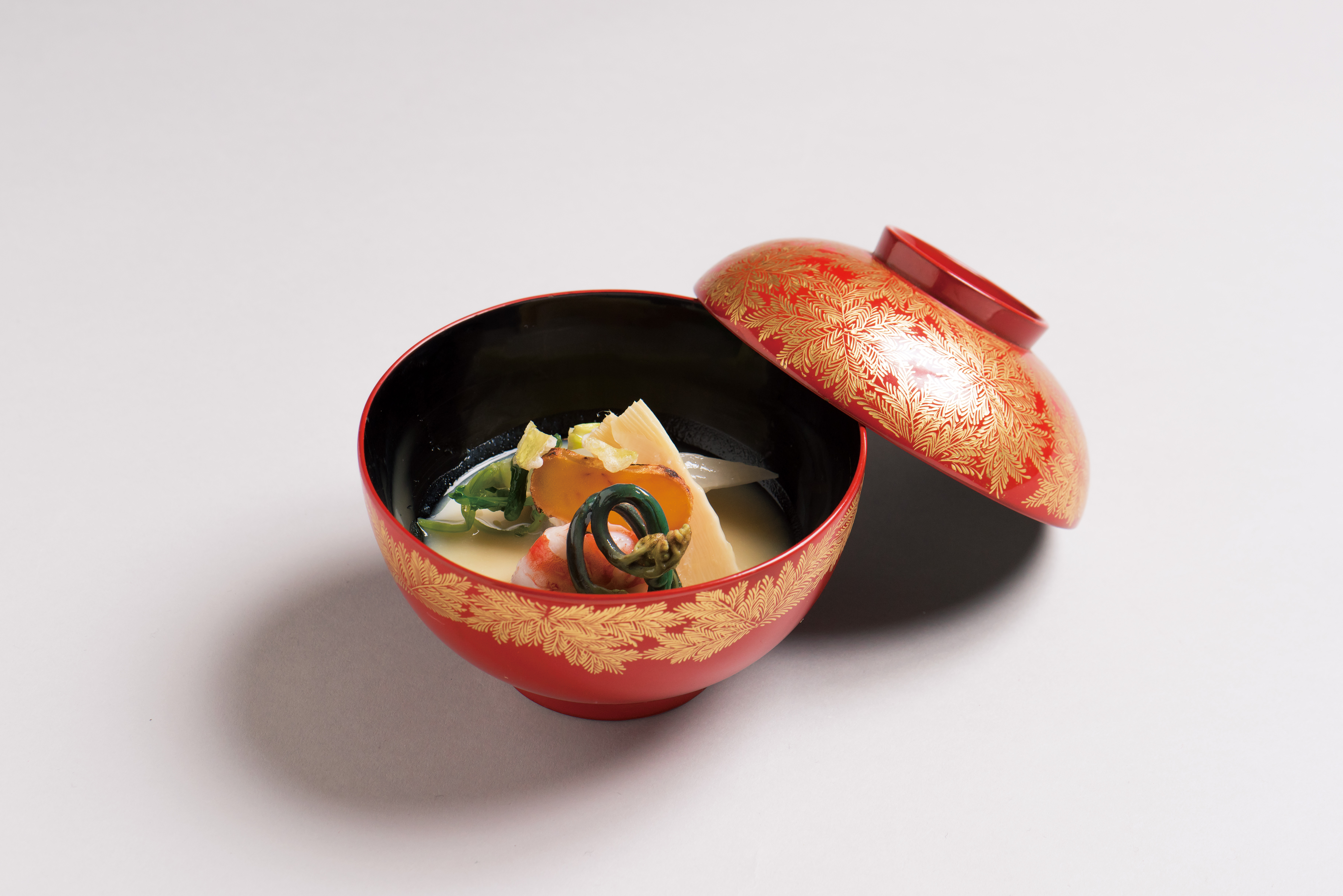 車海老白味噌仕立(新馬鈴薯餅鳴門巻、牛蒡、蕨、筍、細根大根、蕗の薹、唐墨)