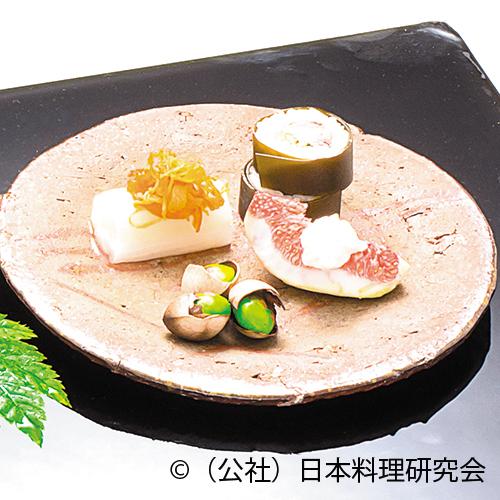 新秋刀魚龍皮巻鮨、白芋茎、炙り裂き干子、無花果白酢掛け、殻付新銀杏塩煎、茶豆擂流し