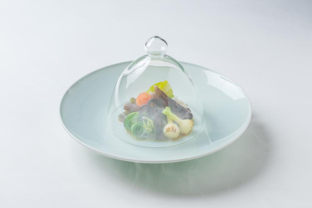 山菜・鳥貝酢の物温製燻煙掛け(うるい、野蒜、蕨、こごみ、割ポン酢、赤卸し)