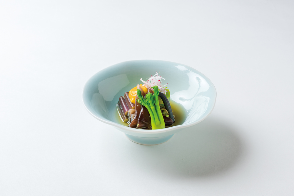 山菜・鳥貝酢の物冷製(うるい、楤の芽、蕨、針打ちラレシ、黄身酢、山葵酢)
