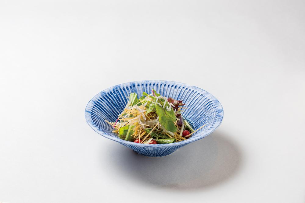 揚素麺サラダ仕立(ちりめんじゃこ、水菜、大根、子茗荷、大葉、マイクロトマト、ベビーリーフ、オリーブオイル)