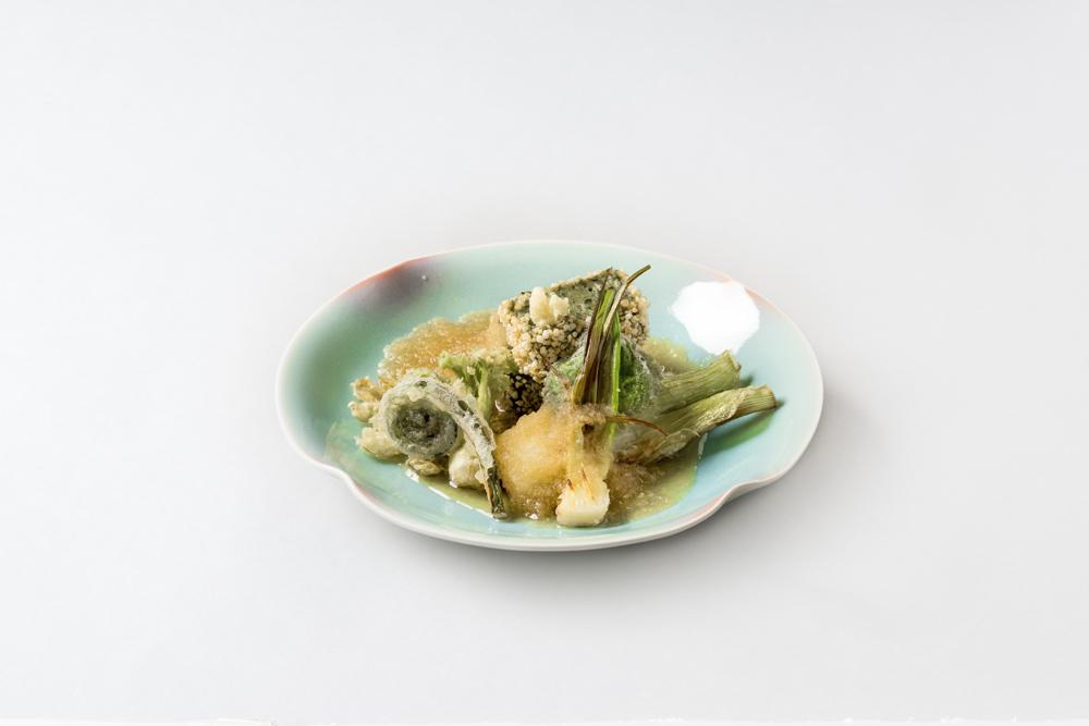 蓬豆腐玄米揚(霙仕立、葉玉葱、楤の芽、こごみ、ゆきのした、蕗の薹、生姜)