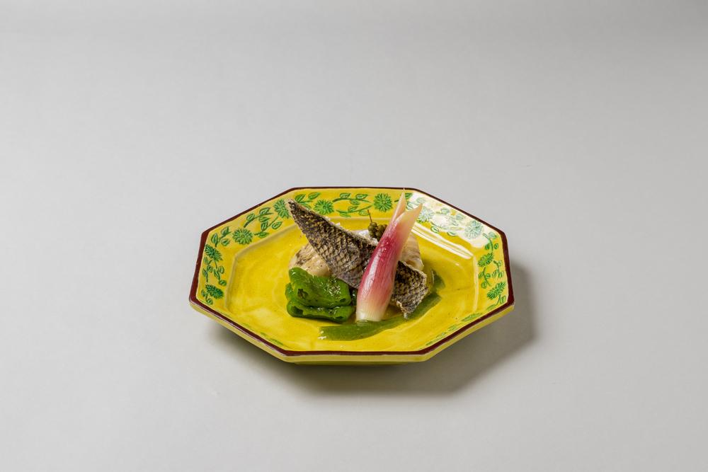 鱸山椒油焼(共皮煎餅、万願寺青唐、酢取茗荷子、蓼酢ドレッシング、揚実山椒、山椒油パウダー)