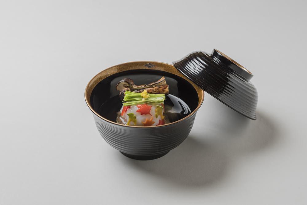 合せ出汁仕立(錦秋甘鯛蕪菁羽二重蒸し、松茸: 芽葱、 口・霰柚子)