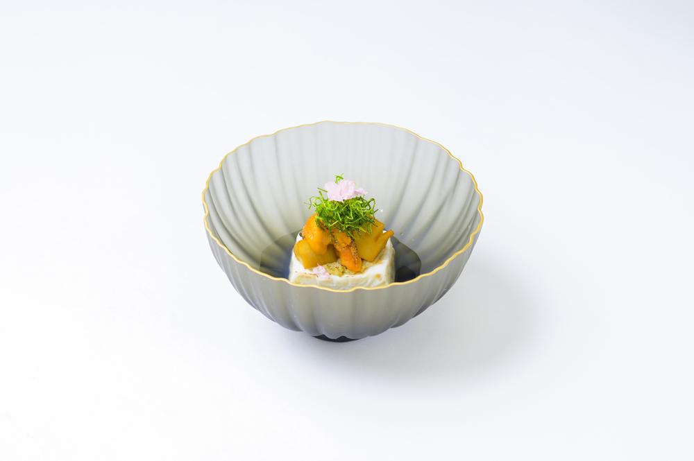 胡麻乳豆腐金鍔(蕗味噌、火取り雲丹、焼筍、揚葱、花弁桜花)