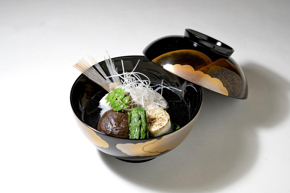 桜鯛潮碗( 焼き目豆腐、椎茸、春菊、 針葱、木の芽)